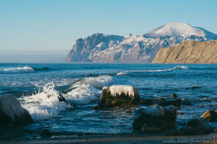 Тихая бухта, мыс Хамелеон и крутые склоны Карадага. Крымская зима.