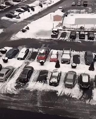 Первый раз убираю лёд с машины