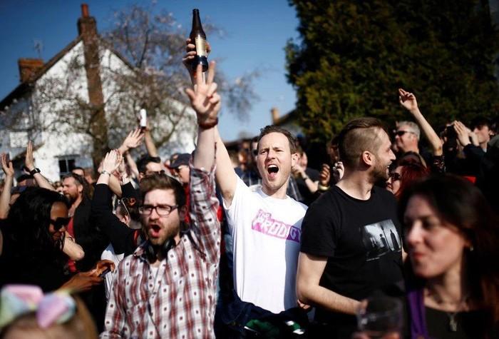 Так фанаты проводили в последний путь Кита Флинта, солиста группы The Prodigy. The Prodigy, Траурный марш, Кит Флинт, Великобритания, Фанаты, Длиннопост