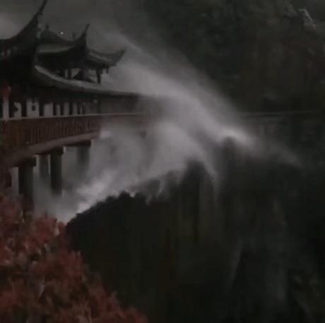 Ветер, поворачивающий водопад вспять