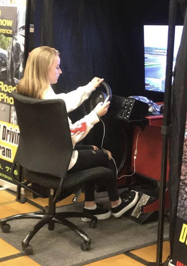 В школе поставили симулятор вождения, чтобы дети не садились за руль с телефоном