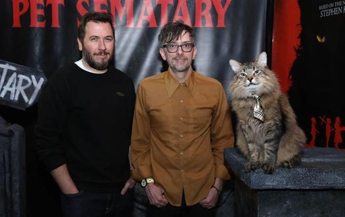 """Деннис Уидмайер, Кевин Колш и Тоник, один из пяти исполнителей кота Чёрча на премьере """"КлаТбища домашних жЫвотных""""."""