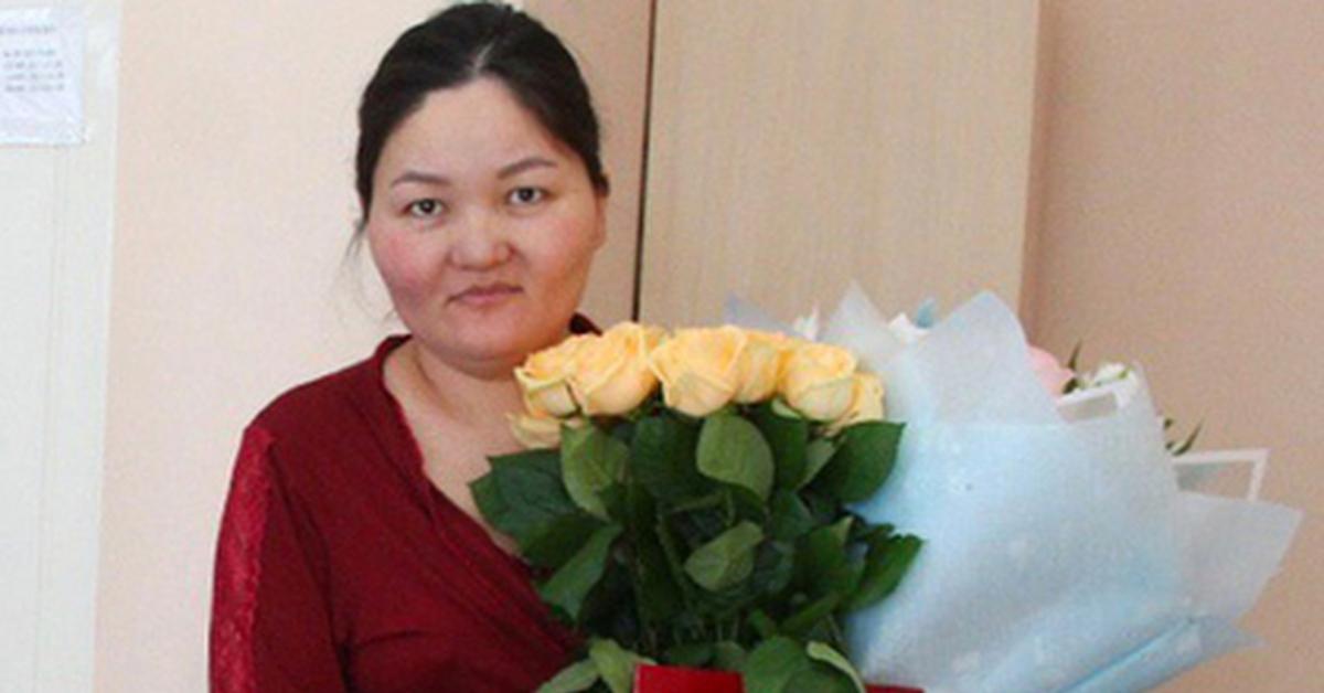 Родившую в первые минуты года россиянку обязали заплатить за подаренные цветы