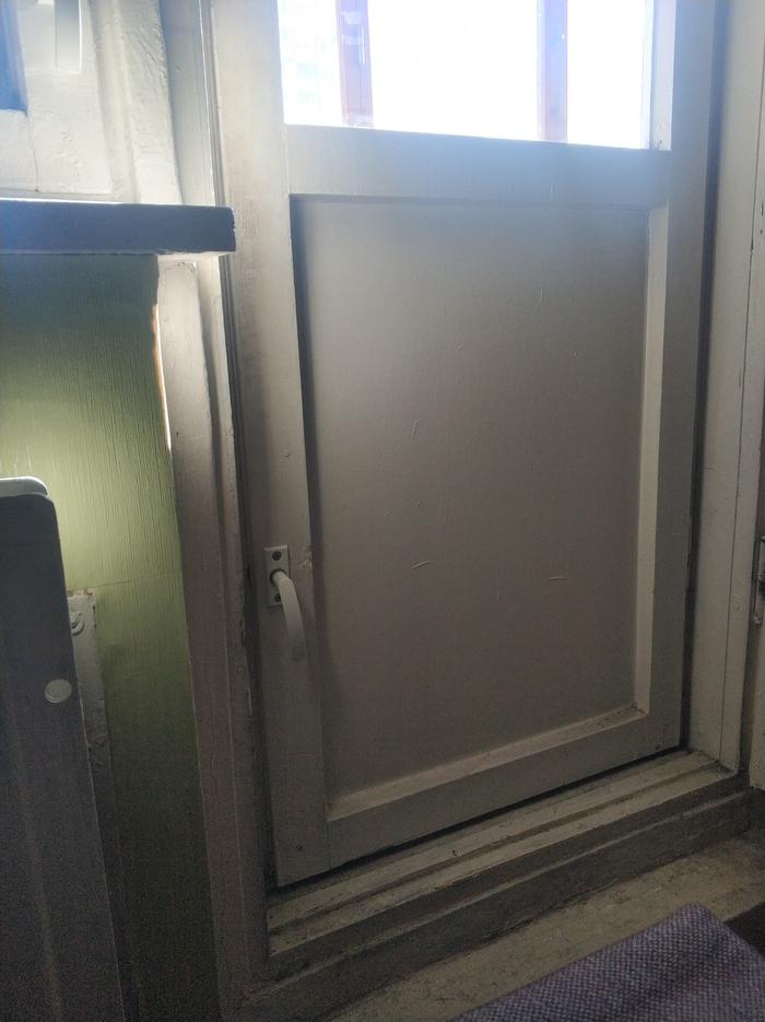 Балконная дверь Бунт, Балкон