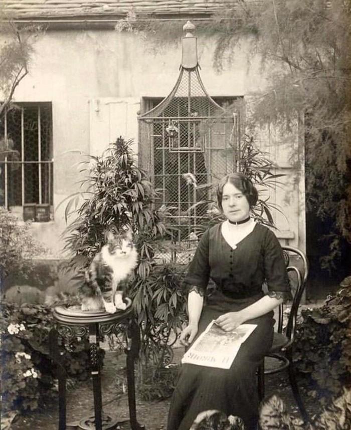Девушка, котик и интересный кустик, Париж, 1910-е.