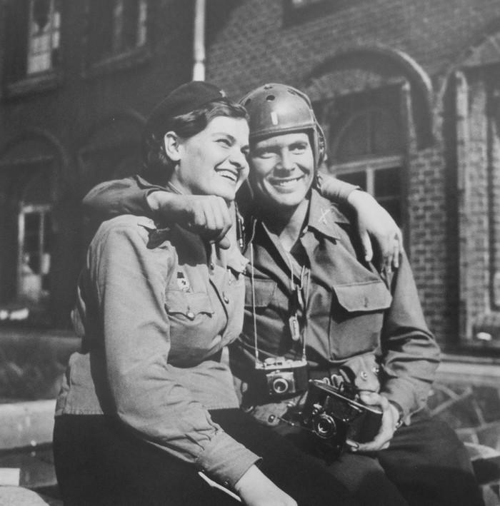 Советская девушка-офицер и американский военный фотокорреспондент позируют на улице Торгау, Германия, апрель 1945 года Фотография, Вторая мировая война, 1945, Красивая девушка, Военные, Чтобы помнили, Германия, Историческое фото