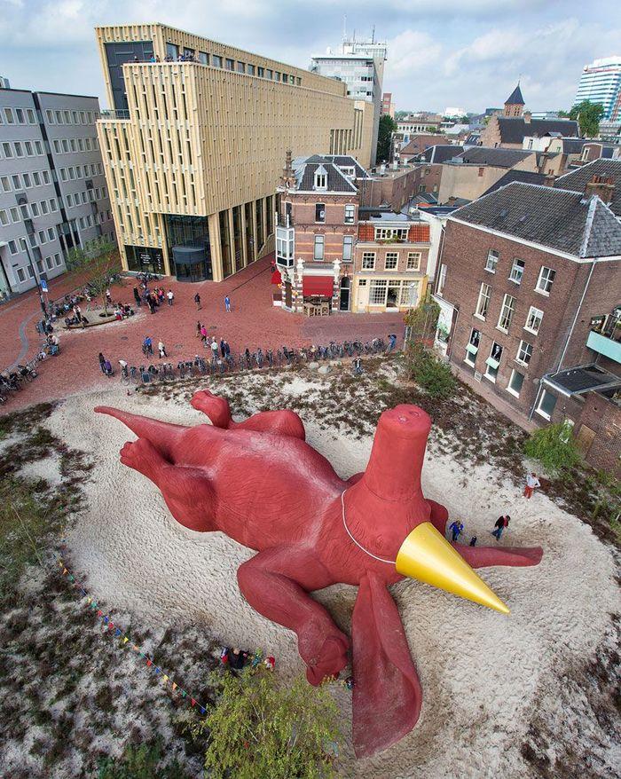Когда друзья позвали на вечеринку в пятницу после работы Скульптура, Нидерланды, Искусство, Современное искусство, Трубкозуб, Огромный, Голландия, Пятница
