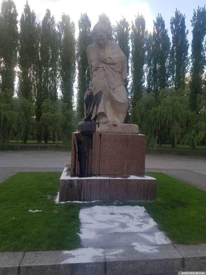 """Памятник """"Родина-мать"""" в советском мемориале в берлинском Трептов-парке был осквернен черной краской Германия, Берлин, Трептов-Парк, Памятник, Вандализм, Длиннопост"""
