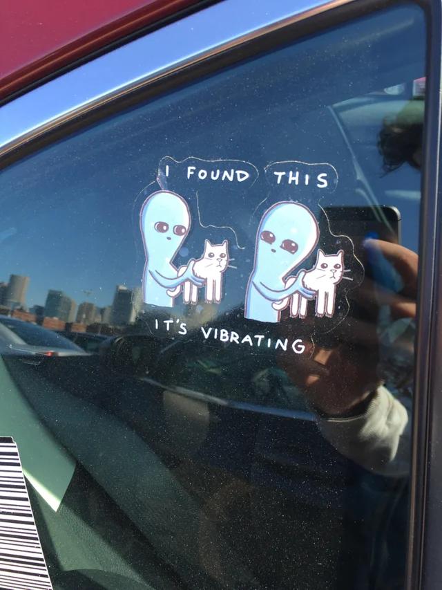 """Наклейка на авто: Я нашёл """"это"""", и оно вибрирует."""