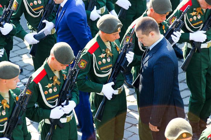 Сотрудники ФСО проверяют отсутствие патронов в оружии участников репетиции парада Победы на Красной площади. 9 мая, ФСО, Парад, Москва, Проверка, Армия