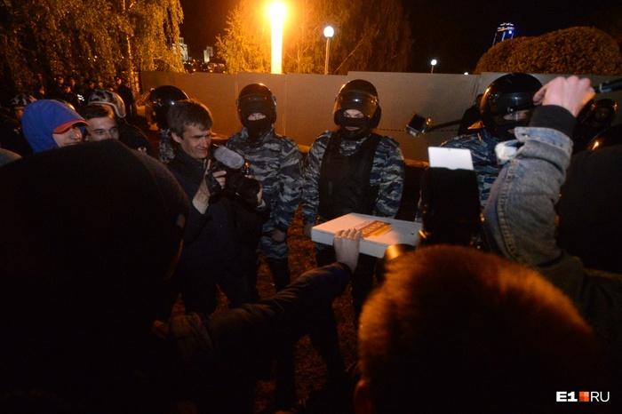 Протестующие делятся пиццей с сотрудниками правоохранительных органов Екатеринбург, Храм, Протест, Полиция, ОМОН, МВД, Пицца, Фотография