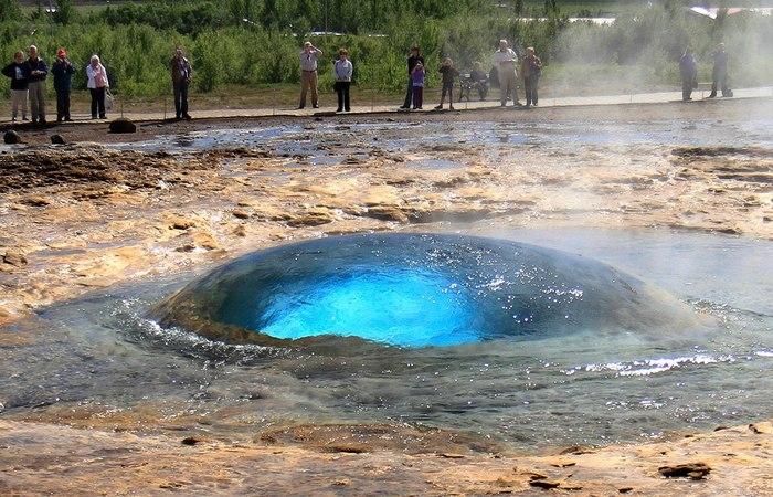Гейзер Строккюр за секунду до извержения. Гейзер, Извержение, Исландия, Природные явления