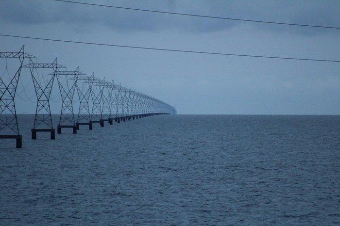 Линии электропередачи на озереПончартрейн, Луизиана. Фотография, Озеро, Столб, ЛЭП