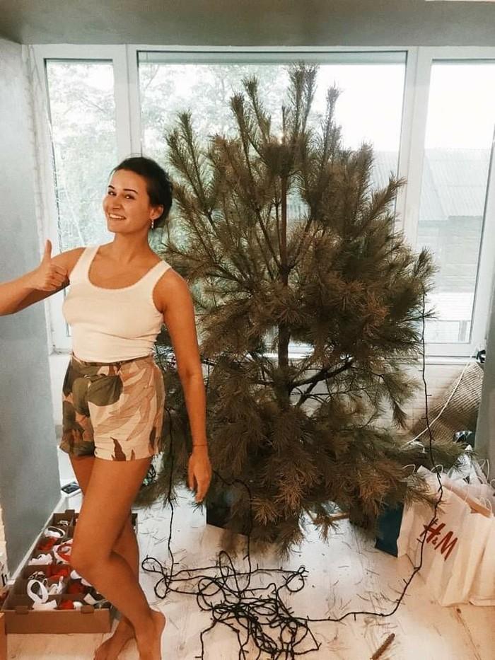 А мы тут ёлку разбираем Новогодняя елка, Красивая девушка