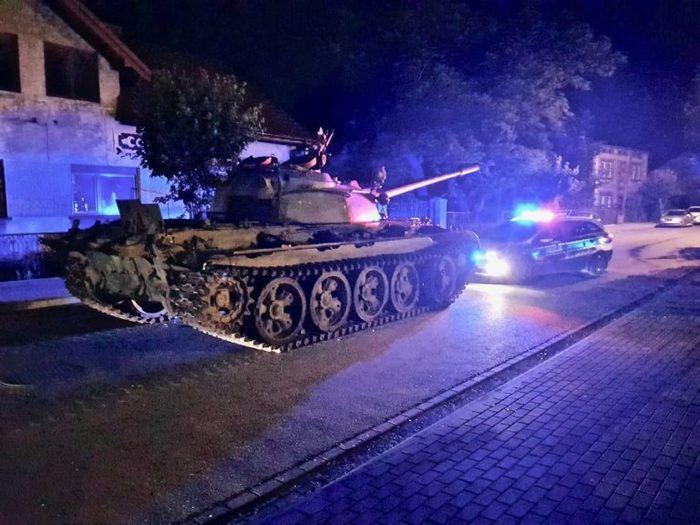 Нетрезвый мужчина решил покататься с другом по улицам небольшого городка под Лодзью на танке Т-55 Польша, Пьяный водитель, Танки, Курва