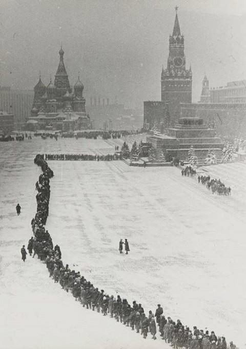 В СССР люди были готовы часами стоять в очереди в Мавзолей