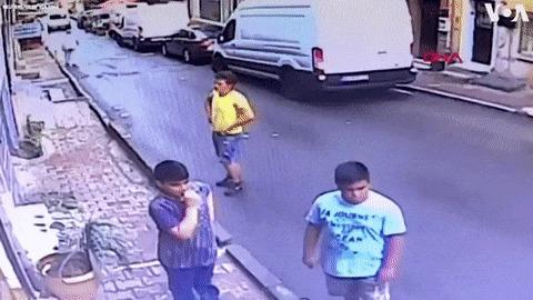 17 летний парень ловит выпавшего из окна 2х летнего ребенка