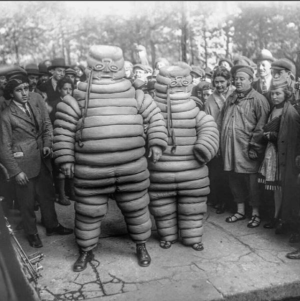 На Монмартре, в 1921 году, талисман Мишлен продвигает марку шин.