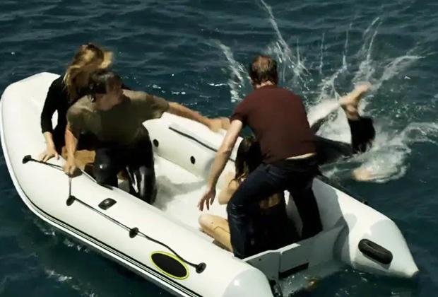 Они оказались в море среди акул и умирали один за другим. Выживших спасли советские моряки Длиннопост, Акула, Спасение, Lenta ru