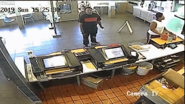 Женщина решила поскандалить вMcDonald's из-за качества её заказа, но сотрудник кафе утихомирил её при помощи блендера. Макдоналдс, Скандал, Блендер, США, Гифка