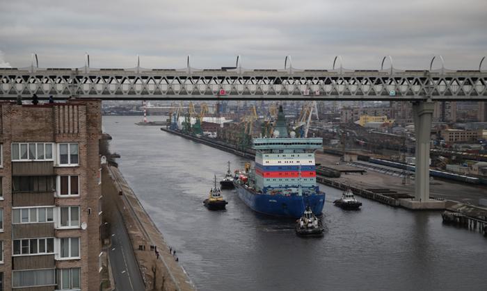 Сегодня в Петербурге протащили ледокол под мостом