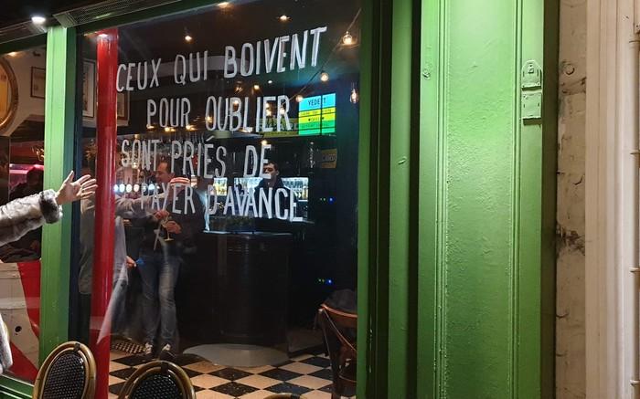 Уведомление в парижском баре