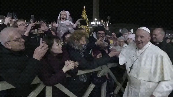 Шлепок от Папы римского Папа Римский, Новый год, Верующие, Ватикан, Гифка