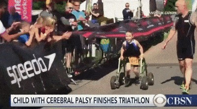 Парень с детским церебральным параличом финиширует в триатлоне