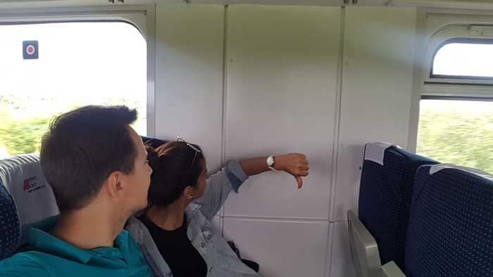 """""""Нам предстояла 11-часовая поездка на поезде, поэтому мы купили билеты, отмеченные как """"места возле окна"""", чтобы наслаждаться видом"""""""