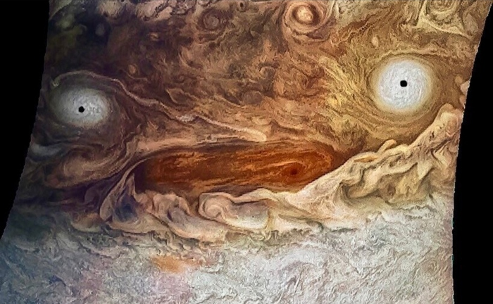 Юпитер, накаченный кофеином, лишенный сна и изо всех сил старающийся заботиться о 79 лунах