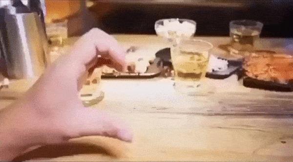 Когда друзья знают, что тебе нужно Видео, Друзья, Моральная поддержка, Алкоголь, Пиво, Курение, Отношения, Гифка