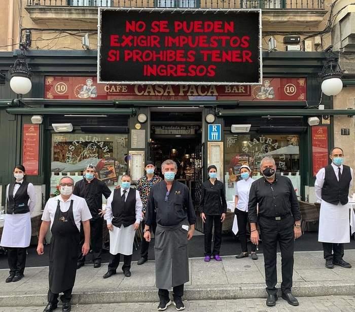 Работники ресторана в Испании протестуют
