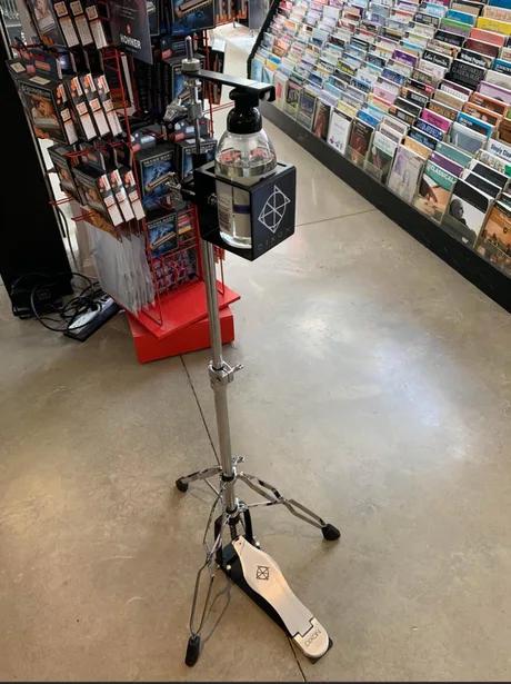 Санитайзер в музыкальном магазине