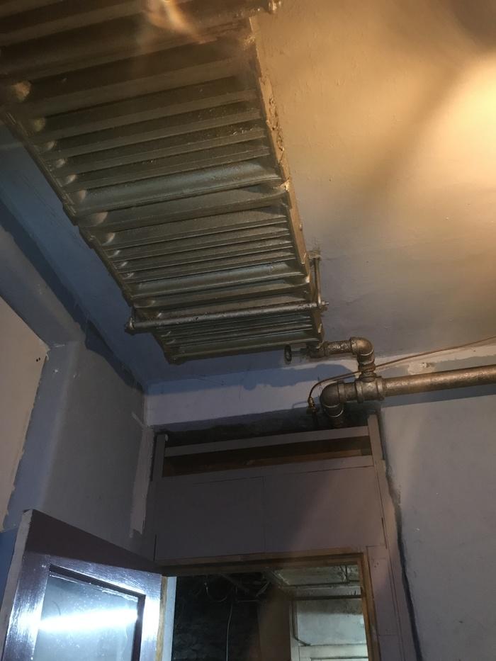 Необычная старинная батарея парового отопления на потолке