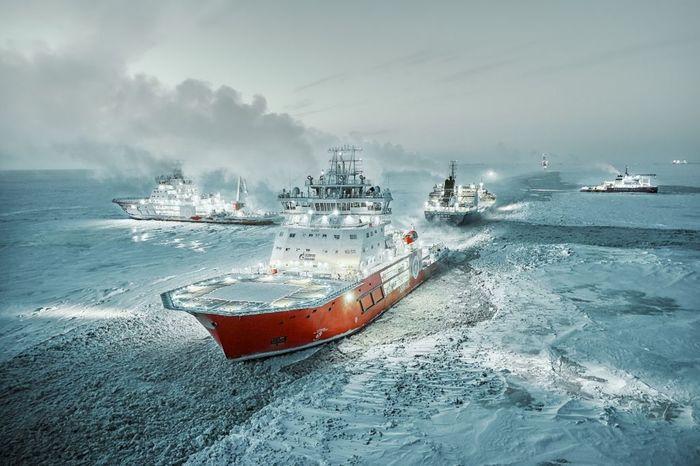 Ледокол спас людей на дрейфующей льдине в Обской губе