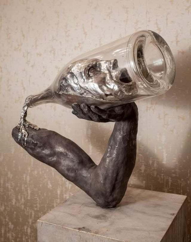 Сначала человек берется за выпивку, потом выпивка берется за человека.