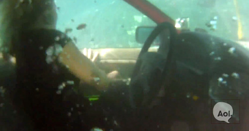 Падение на машине с моста в реку, давление блокирует двери как, выбраться. Основы выживания Выживание, Выживальщики, Полезное, Совет, ДТП, Авто, Автомобилисты, ОБЖ, Авария, Спасение, Спасение жизни, Длиннопост