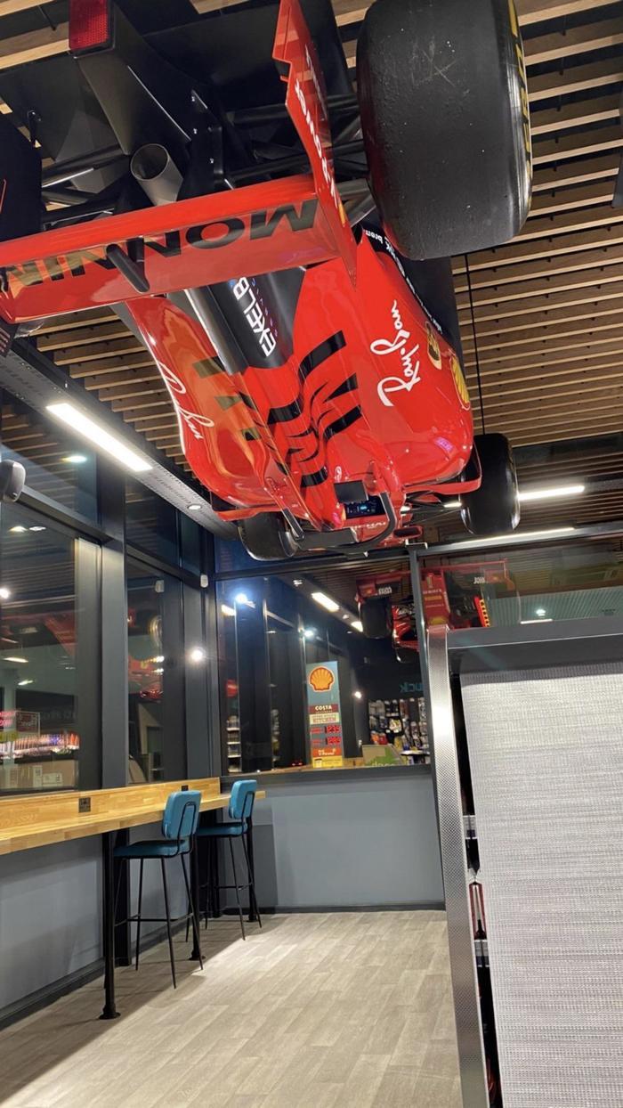 Болид Формулы 1 на потолке автозаправки Shell в Великобритании