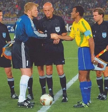 Когда-то был футбол, где даже арбитр был легендой