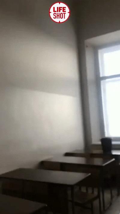 Потолок обвалился прямо во время лекции в Казанском федеральном университете. Студенты не пострадали Негатив, Россия, Казань, Универ, Обрушение, Потолок, Liferu, Twitter, Снег, Новости, Гифка