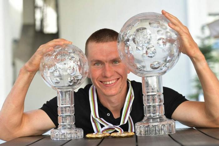 Александр Большунов досрочно взял второй подряд Кубок мира. Это не удавалось даже советским лыжникам