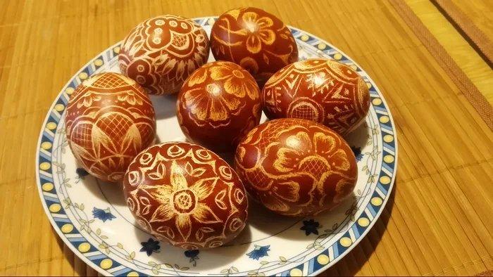 Польские пасхальные яйца Драпанка (поцарапанное яйцо). Узоры нацарапывают на крашеных яйцах острым ножом или иглой